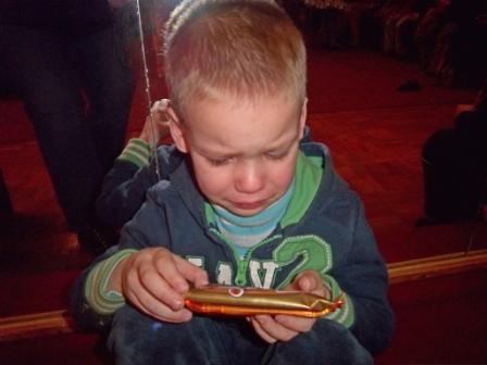 Ребенок впервые увидел шоколадку