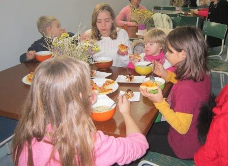 Дети обедают в церкви