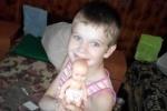 Малышка показывает куклу, которую ей подарили чуть раньше, на ее День рождения. Она ее бережет...